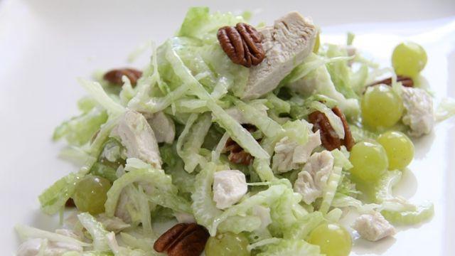 Салат из курицы авокадо и виноградом сельдерея фото